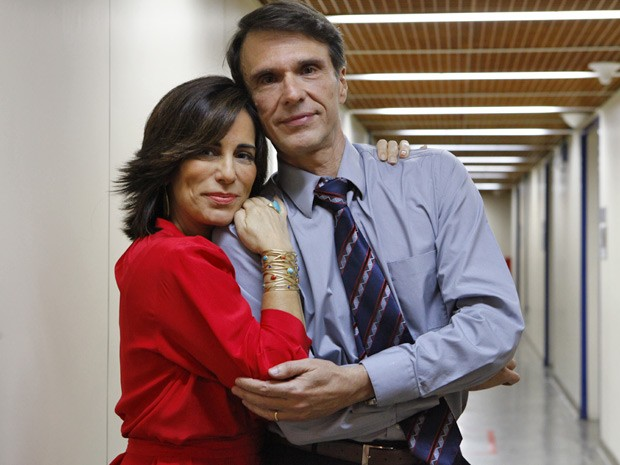 Nos corredores do estúdio de Guerra dos Sexos, Fernando Eiras e Gloria Pires mostram cumplicidade (Foto: Guerra dos Sexos/ TV Globo)