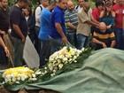 Corpo de bebê morto com tiro na cabeça é enterrado no RJ