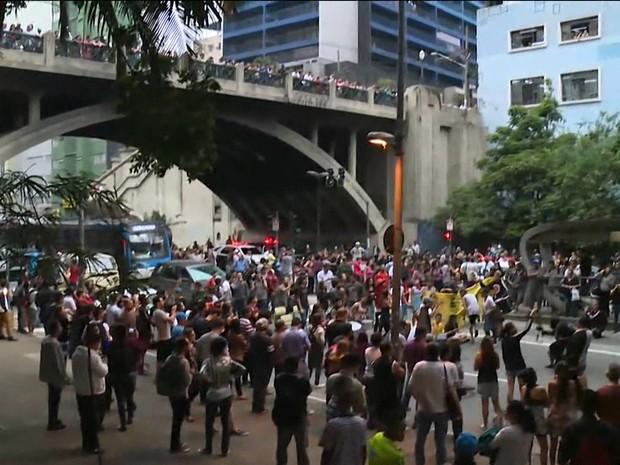 Bloqueio na Avenida Nove de Julho na noite desta terça-feira (Foto: Reprodução/TV Globo)