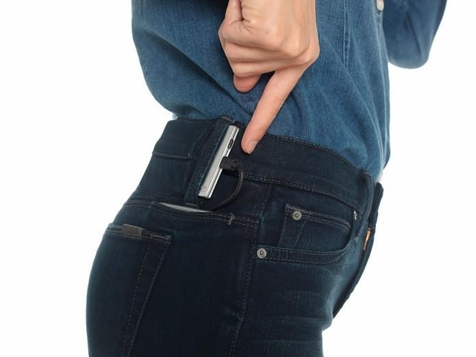 Power bank e bolso especial para iPhone da calça #HELLO, da Joes Jeans (Foto: Divulgação/Joes Jeans)