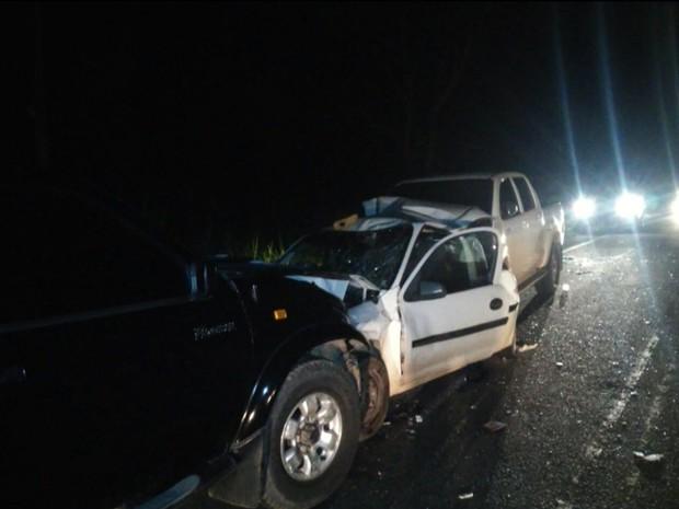 Colisão entre três carros na PI-112 deixa uma pessoa ferida (Foto: Gil Oliveira)