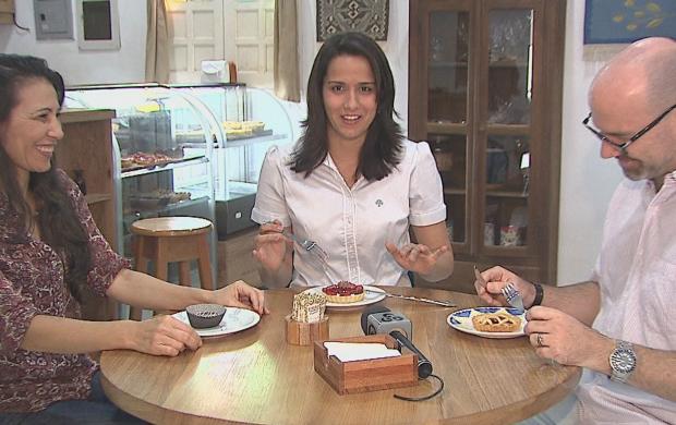 Samia se deliciando com as guloseimas da Chez Mémé (Foto: Reprodução TV Acre)