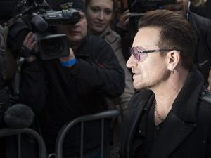 Bono Vox, do U2, durante gravação de música contra o ebola, em Londres (Foto: REUTERS/Neil Hall)