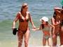 Ticiane Pinheiro exibe corpaço em dia de praia com a filha, Rafaella