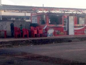 Lanchonete utiliza mesas e cadeiras em calçada no Centro de Macapá (Foto: Jessica Alves/G1)
