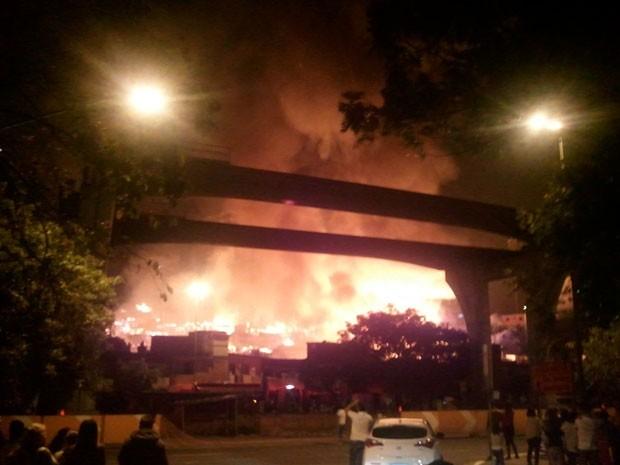 Incêndio em barracos no sentido marginal Pinheiros da Roberto Marinho. Motoristas e moradores da região observam as chamas  (Foto: Megui Donadoni/G1)