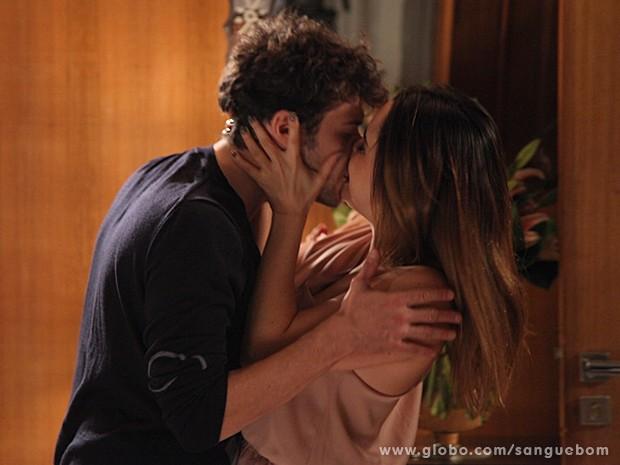 Que beijaço! Isso que é final feliz, hein, Malu e Maurício?! (Foto: Sangue Bom / TV Globo)