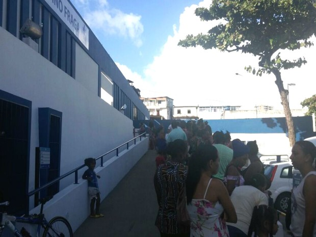Pais levam filhos para se vacinar em posto na Avenida Centenário, em Salvador (Foto: Juliana Almirante/ G1)