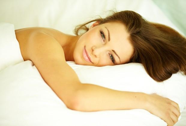 Os produtos usados na pele ou no cabelo ao longo da noite devem sempre ser retirados pela manhã (Foto: Shutterstock)