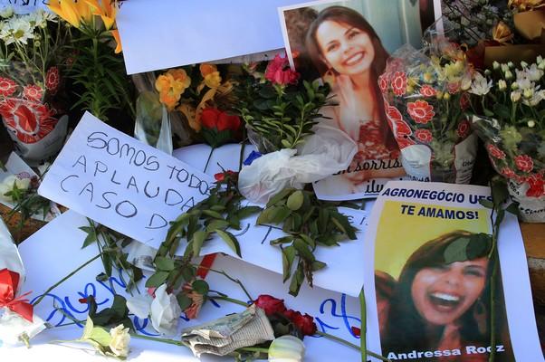 Detalhe das fotos, cartas e flores deixados na calçada da boate Kiss em homenagem aos jovens mortos no incêndio (Foto: EFE/Marcelo Sayão)