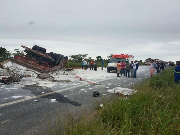 Dois morrem após moto colidir com carreta na BR-020 (Foto: Blog do Sigi Vilares)