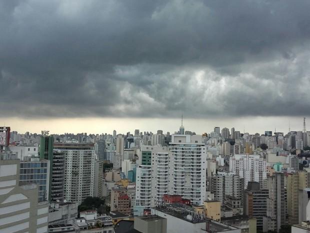 Vista do Copan minutos antes da chuva na região central (Foto: Cíntia Acayaba/G1)
