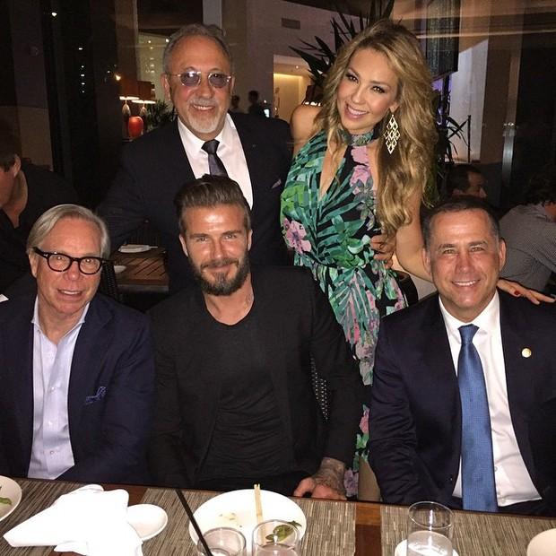 Tommy Hilfiger (primeiro da esquerda sentado), David Beckham e Thalia (Foto: Reprodução/Instagram)