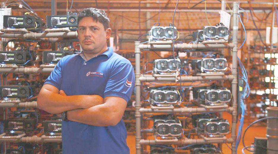 Rocelo Lopes, dono da CoinPY e um dos maiores mineradores do mundo, junto as suas máquinas (Foto: Estadão Conteúdo)