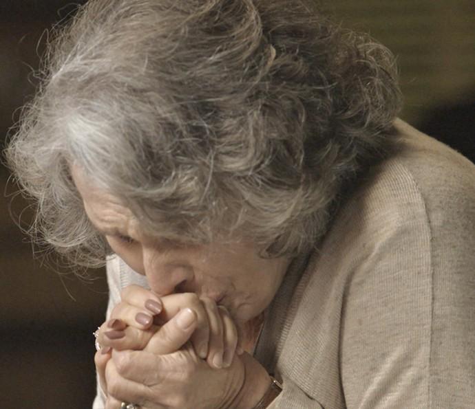 Vitória se emociona ao ver que a filha está bem  (Foto: TV Globo)