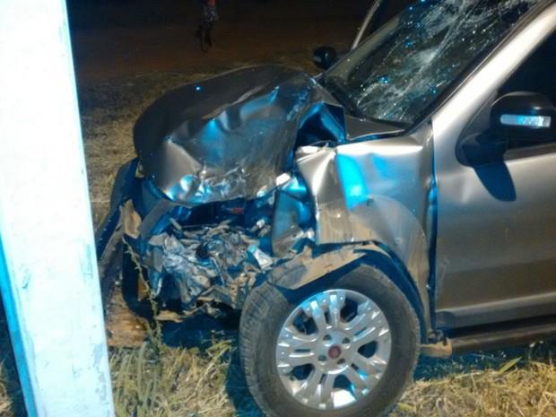 Cinco pessoas estavam no carro no momento do acidente, duas ficaram feridas (Foto: Edivaldo Braga/blogbraga)