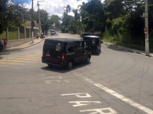 Carros de funerária deixam delegacia em direção ao IML de SP (Foto: Kleber Tomaz/G1)