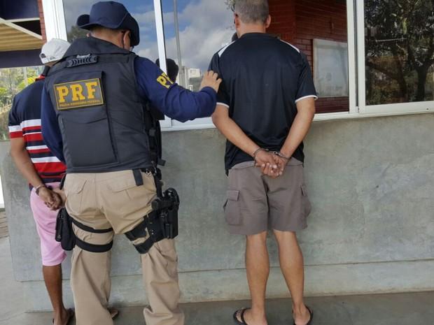 Dois homens foram presos e levados para delegacia (Foto: Polícia Rodoviária Federal/Divulgação)