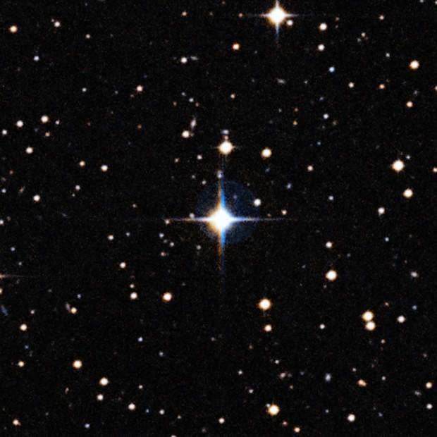 Imagem mostra a estrela HIP 102152, a 250 anos-luz da Terra, na constelação do Capricórnio (Foto: ESO/Digitized Sky Survey 2/Davide De Martin)