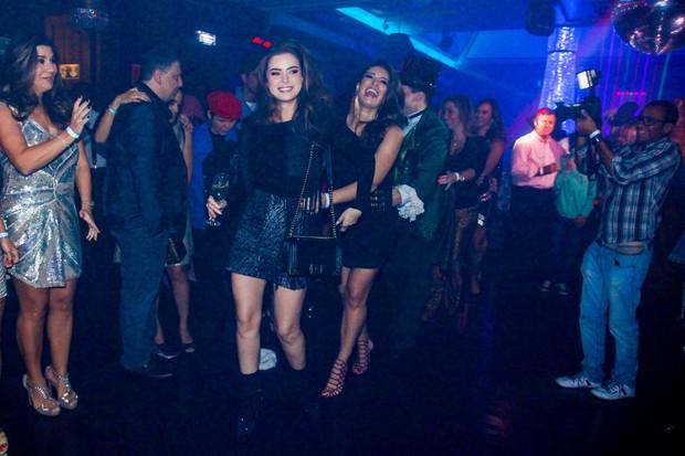 Rayanne Morais e Elaine Mickely com amigas da aniversariante (Foto: Manuela Scarpa e Marcos Ribas/Photorionews)