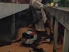 Caminhão cai em vão entre viadutos e deixa motorista gravemente ferido
