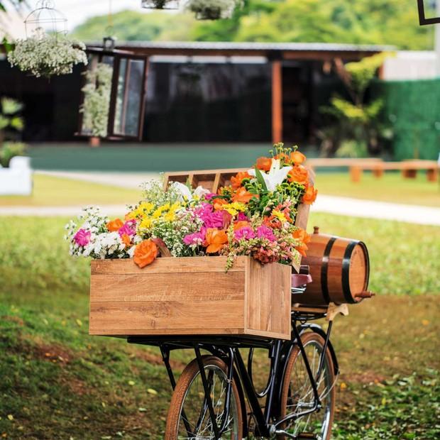 Depois de meses de procura, o pai da noiva, Natalio Cabuli, encontrou uma bicicleta do jeito que a filha queria para deixar na entrada da festa, com um caixote lotado de flores (Foto: Coletivo 3)