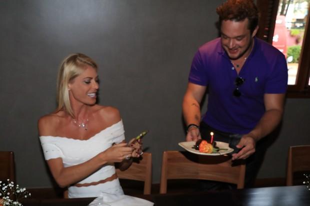 Carol Bittencourt recebe almoco supresa no seu aniversario (Foto: Fred Pontes /  Divulgacao)