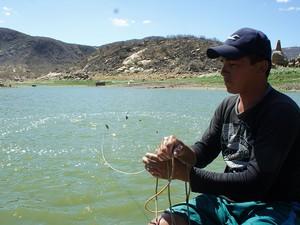 'Dá até vontade de chorar', disse o pescador Luís Henrique Marques da Silva (Foto: Anderson Barbosa/G1)