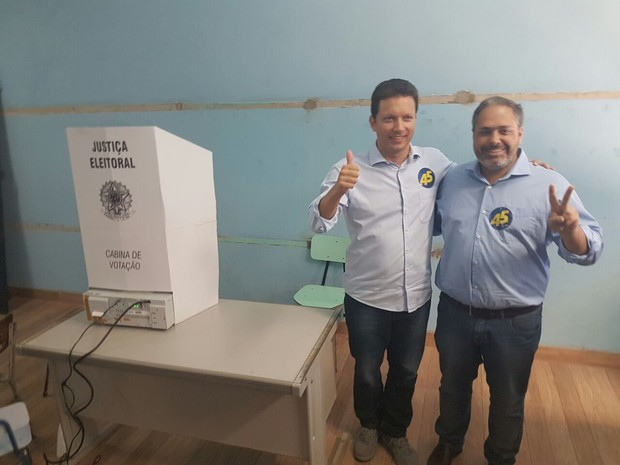 Nelson Marchezan Júnior vota acompanhado do vice em Porto Alegre (Foto: Igor Gormann/G1)