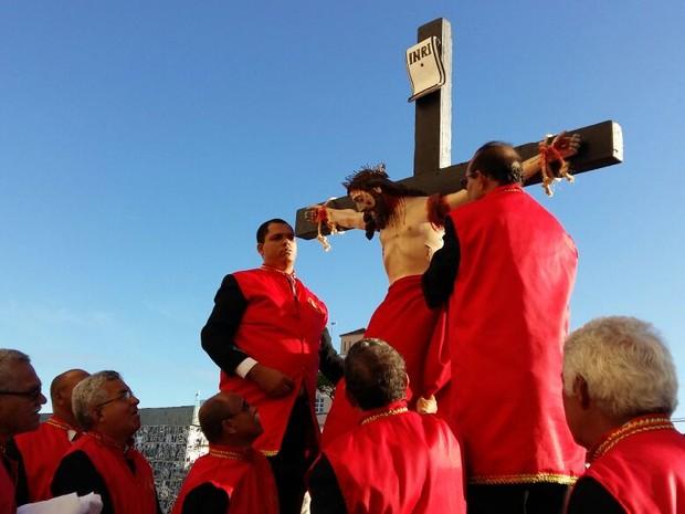 Bispos se preparam para entrar com imagem de Jesus (Foto: Derek Gustavo/ G1)