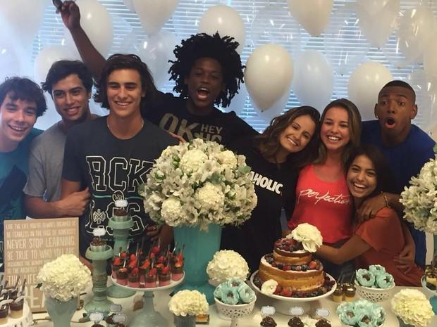 Laryssa Ayres comemora aniversário com elenco de Malhação (Foto: Divulgação)