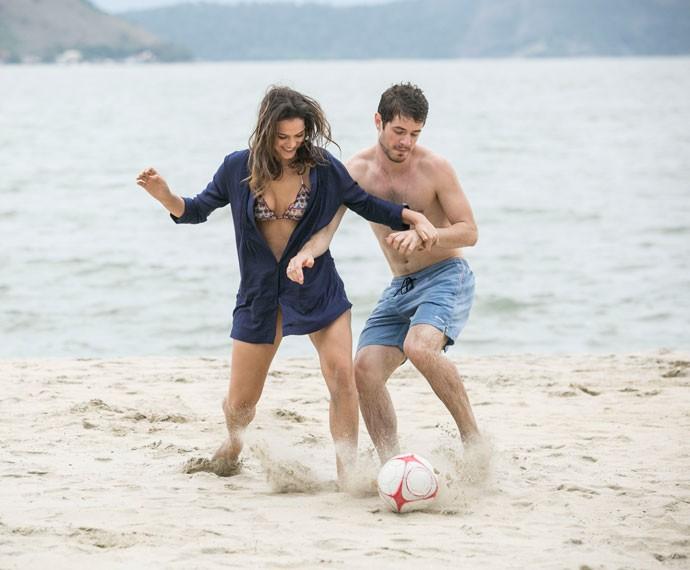 Fofos! Casal 'compete' nas areias (Foto: Raphael Dias/Gshow)
