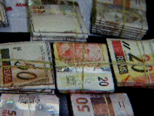 Dinheiro deixado por cliente em hipermercado de Limeira (Foto: Reprodução EPTV)