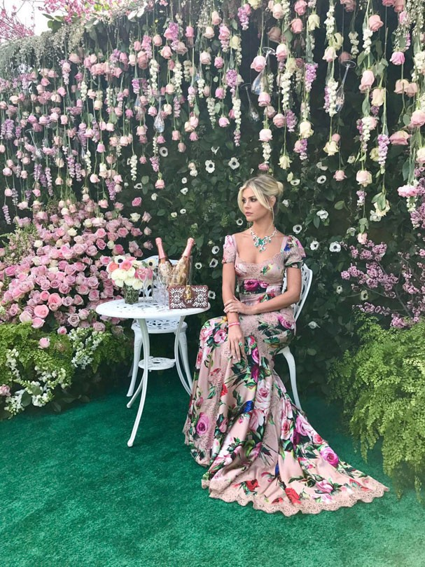 Lala Rudge posa tipo princesa de longo florido da Dolce & Gabbana (Foto: Divulgação)