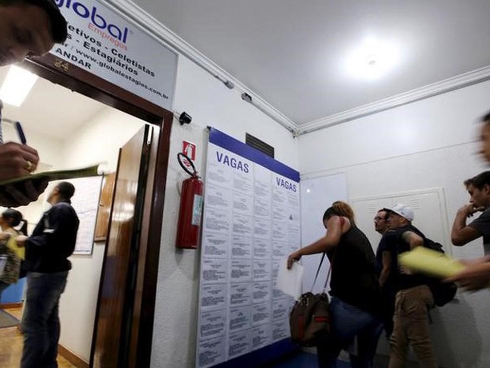 Pessoas preenchendo vagas de emprego em agência em São Paulo. (Foto: REUTERS/Paulo Whitaker))