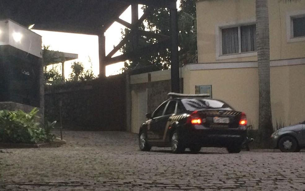 Policiais federais chegaram às 6h em condomínio no Humaitá para prender o empresário Miguel Iskin, sócio de da empresa Oscar Iskin (Foto: Alba Valéria Mendonça / G1)