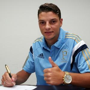 Andrei Girotto assina contrato com o Palmeiras (Foto: Fabio Menotti/Agência Palmeiras)