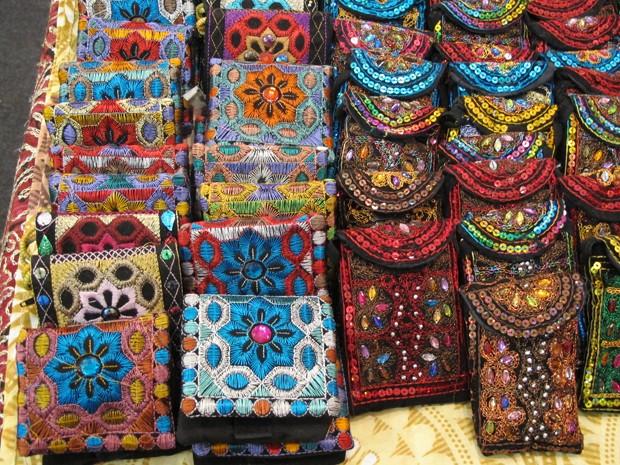 Pequenas bolsas e porta celulares da Índia (Foto: Mariane Rossi/G1)