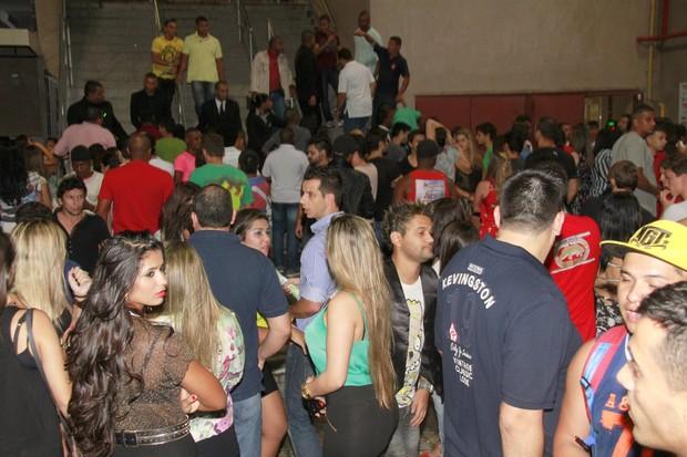 Público no acesso aos camarotes para o show da funkeira Anitta (Foto: Isac Luz/EGO)