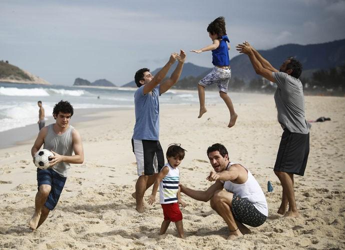 Michel Noher, Thiago Rodrigues e Domingos se divertem com a criançada (Foto: Raphael Dias/Gshow)