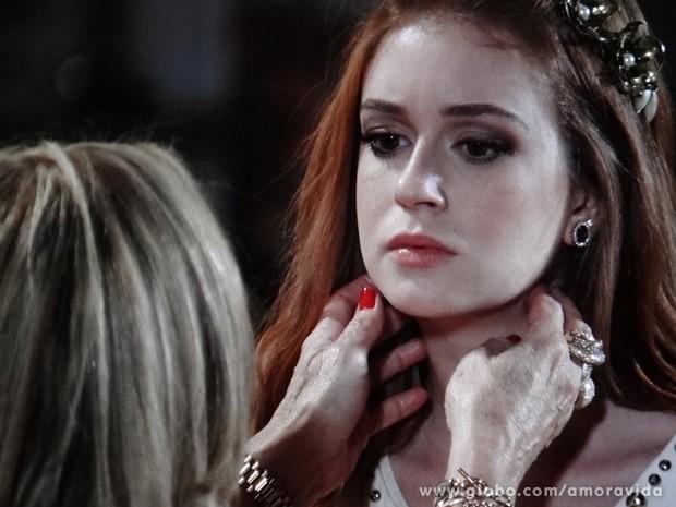 Muito solícita, Pilar se dispõe a dar uma pequena examinada no pescoço de Nicole (Foto: Amor à Vida / TV Globo)