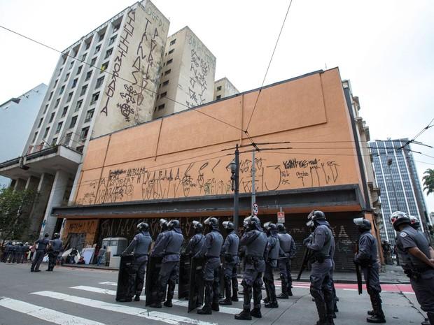 Policiais militares acompanham reintegração de posse perto do prédio onde ficava o Cine Marrocos (Foto: SUAMY BEYDOUN/AGIF/ESTADÃO CONTEÚDO)