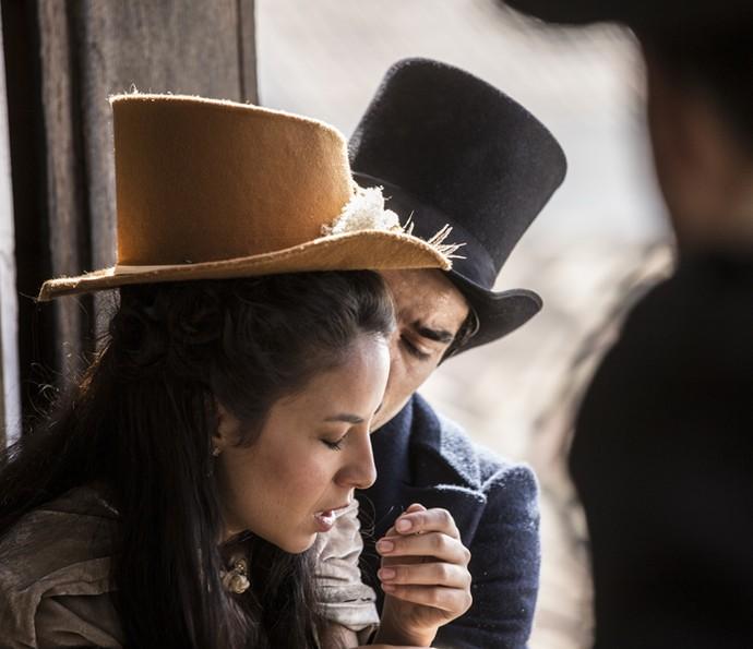 Joaquina finge desmaio e ganha tempo no enforcamento de Mão de Luva e Simão (Foto: Inácio Moraes/Gshow)