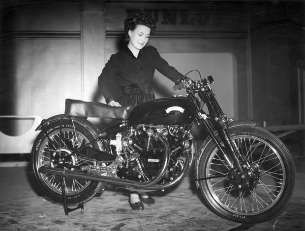 Fabricada em 1948, a Black Lightning foi uma das primeiras superbikes do mundo (Foto: J. A. Hampton/Topical Press Agency/Getty Images)