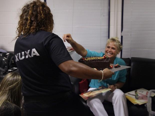 Xuxa ganha bolo de aniversário da equipe do programa (Foto: TV Xuxa / TV Globo)