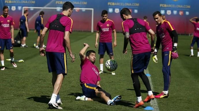 BLOG: Com roda de bobinho e descontração, Barcelona treina de olho em clássico