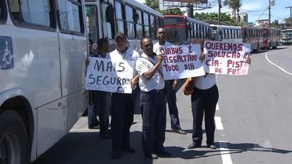 Rodoviários que atuam na região metropolitana protestam de Salvador contra a insegurança