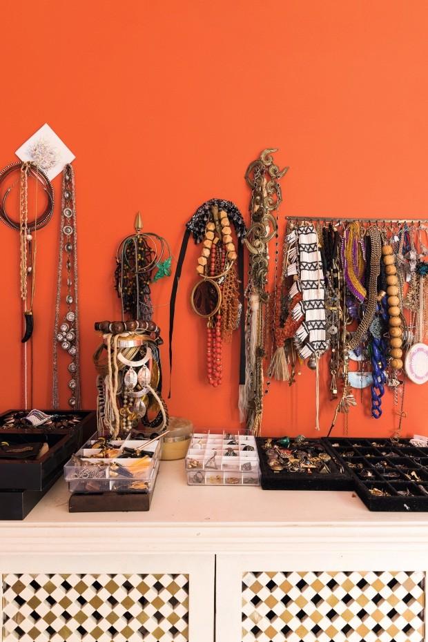 Coleção. O acervo de acessórios de Teka Brajovic reúne peças garimpadas pelo mundo afora, em tribos, nas gavetas da família e da marca dela, A figurinista (Foto: Lufe Gomes / Editora Globo)