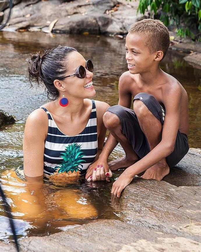 Renatinha bate um papo e se diverte com pequeno morador (Foto: TV Bahia)