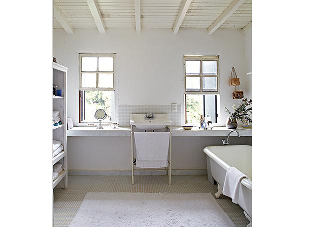 """""""Adoro o branco"""", diz a arquiteta Ivana Marcondes Rodrigues. Em sua casa, até o gato Miró tem esta cor. O banheiro não é diferentes: pastilhas, paredes, teto, banheira, pia e tapete deixam o ambiente claro (Foto: Victor Affaro e Lufe Gomes/Casa e Jardim)"""